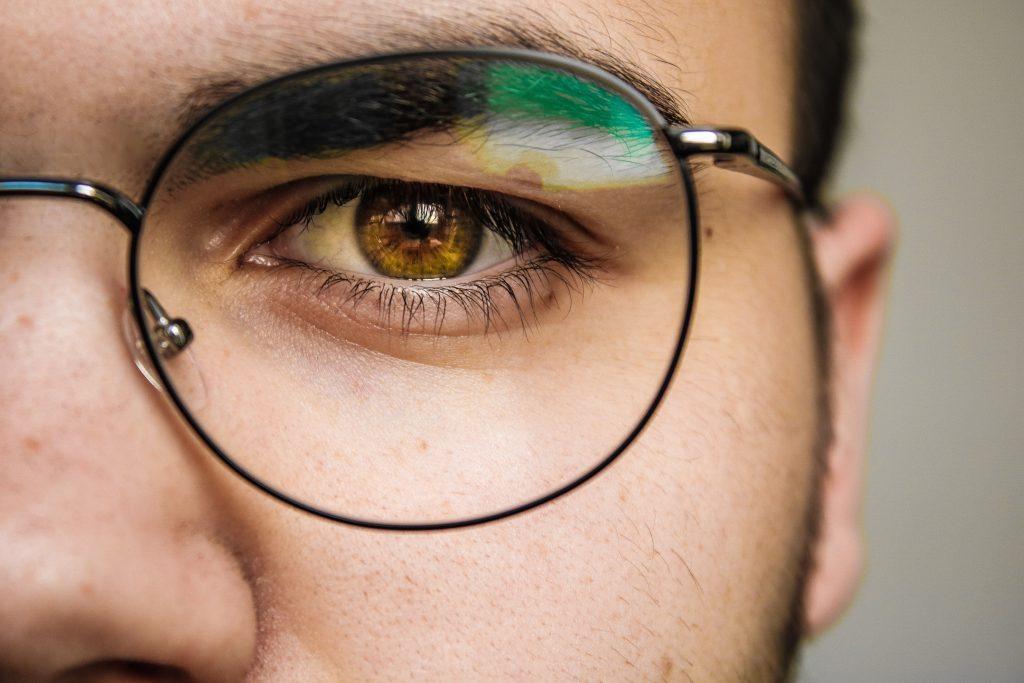 okulary u mężczyzny, brązowe oko, brew