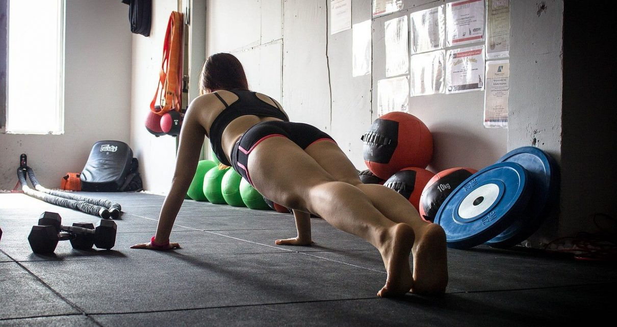 trener na siłowni