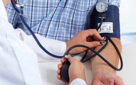 Syndrom białego fartucha - lekarz mierzący ciśnienie pacjentowi.